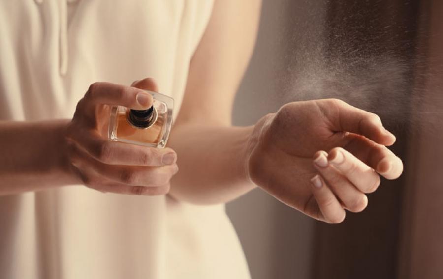 pakai parfum dalam rumah